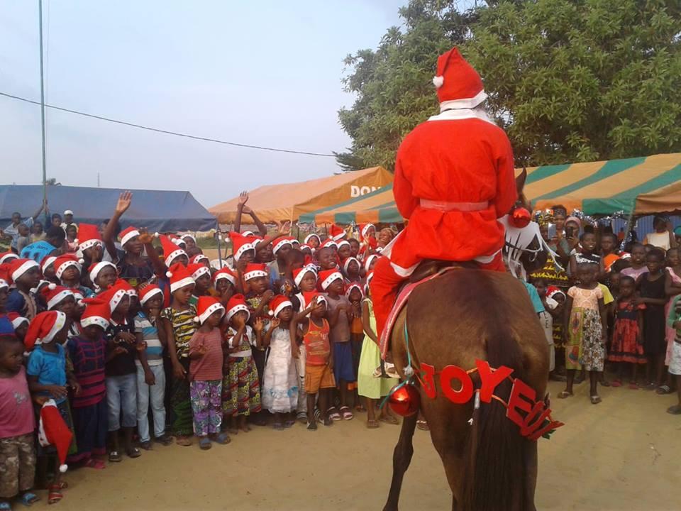 Assouindé/ Arbre de Noël : 200 enfants comblés de joie par la fondation la maison de l'artiste