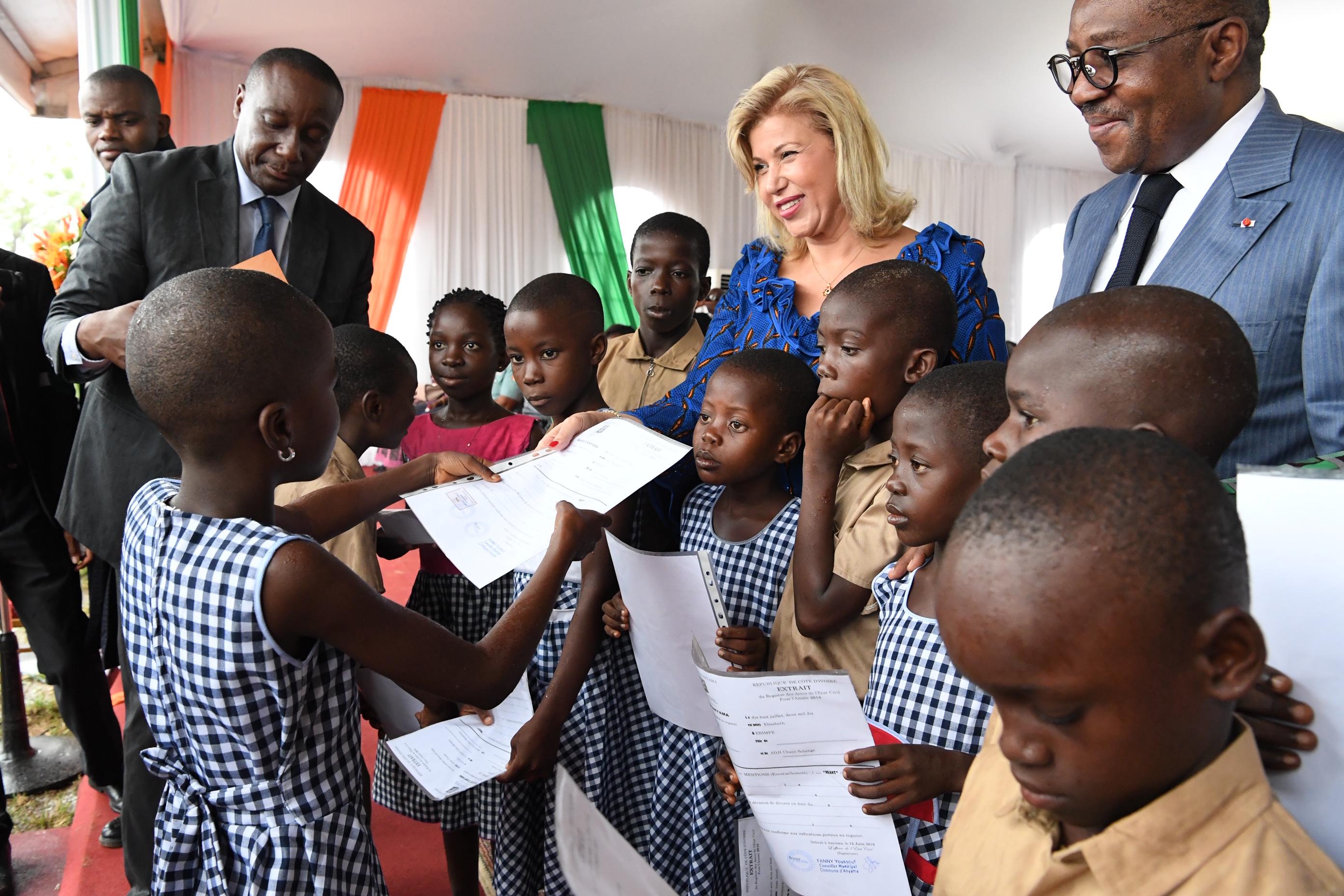 education-nationale-mme-dominique-ouattara-remet-des-extraits-de-naissance-a-plus-de-600-000-eleves
