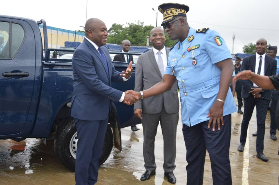 Ministre,Sidiki Diakité,Remise de véhicules utilitaires à la police