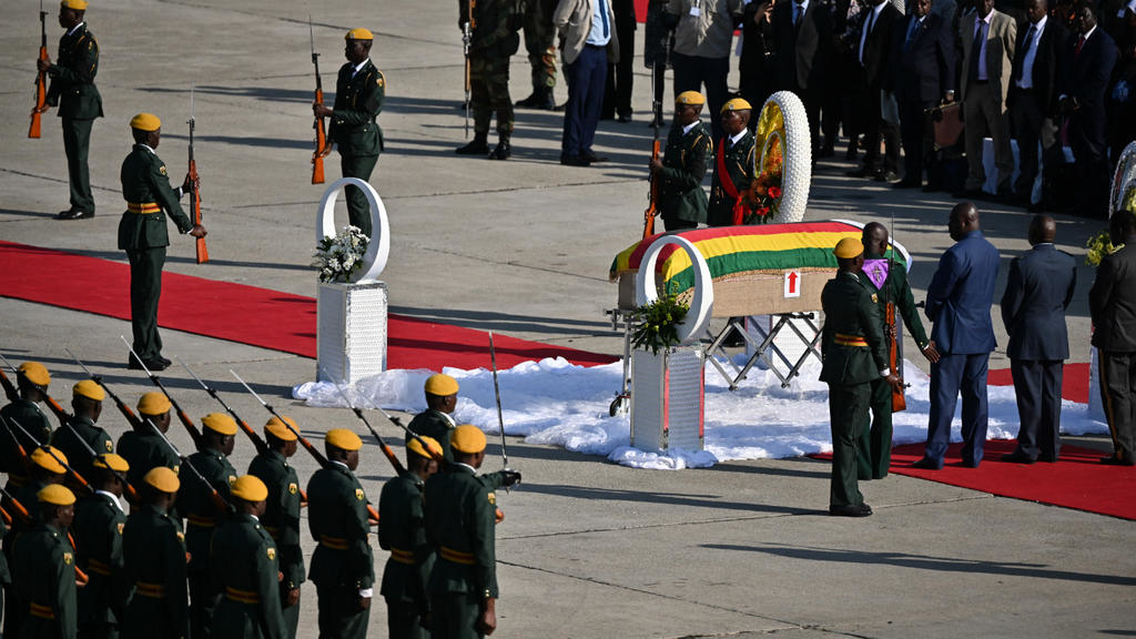 la-depouille-de-robert-mugabe-rapatriee-au-zimbabwe-pour-des-funerailles-nationales