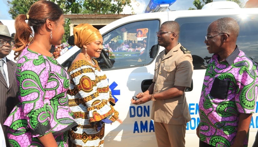 lepouse-du-premier-ministre-remet-une-ambulance-a-galebre