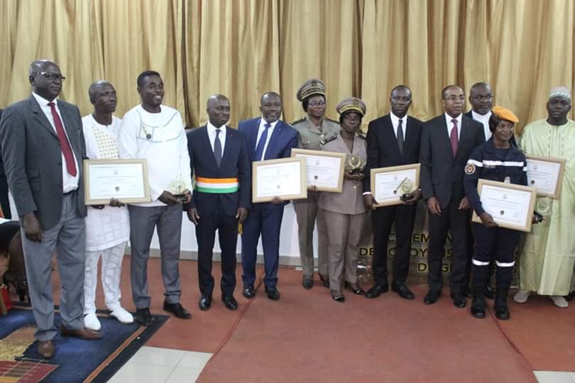 distinction-des-citoyens-emerites-grand-bassam-honore-ses-vaillants-artisans-de-solidarite