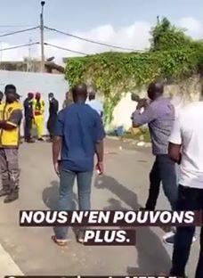 coronavirus-des-ivoiriens-en-colere-devant-le-centre-de-confinement-de-linjs