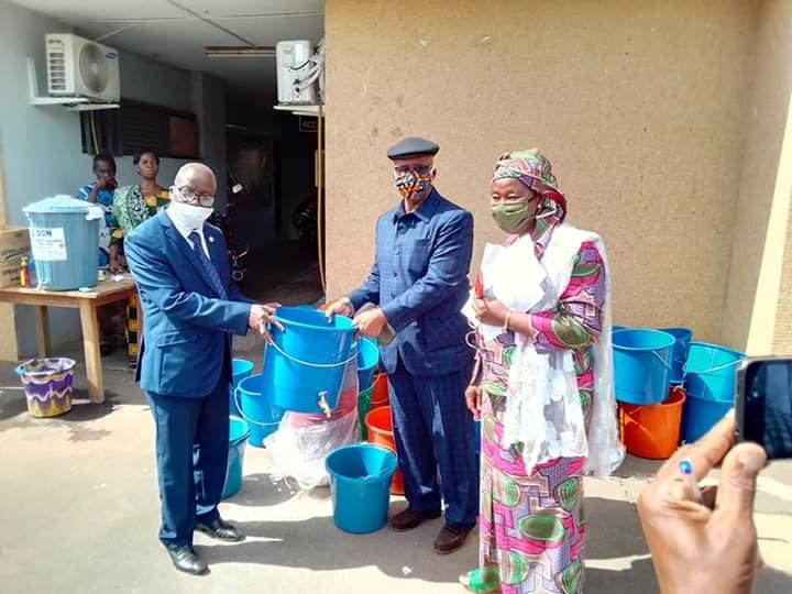 en-prelude-a-la-reprise-des-cours-le-senateur-leon-loukou-offre-des-kits-sanitaires-aux-acteurs-de-leducation-de-yamoussoukro