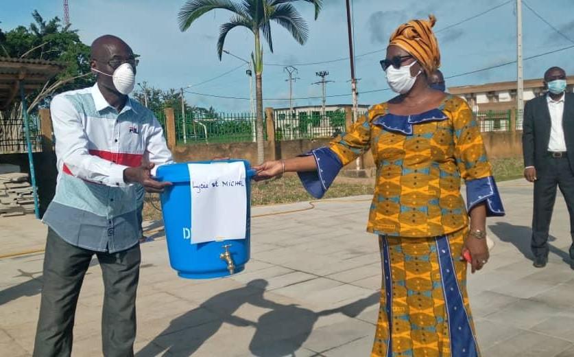 la-mairie-de-tiassale-offre-des-dispositifs-de-lavage-des-mains-aux-ecoles-de-la-commune