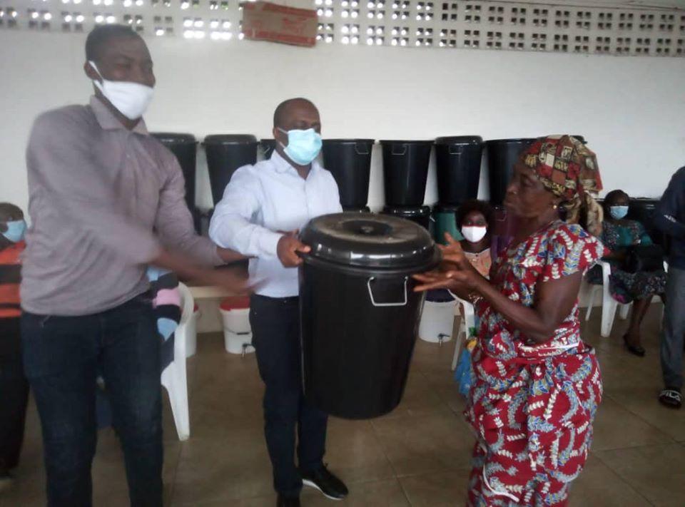 covid-19-grand-bassam-fraternite-100-familles-du-royaume-de-moossou-recoivent-leurs-kits