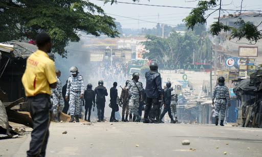 manifestations-anti-3e-mandat-des-hommes-armes-de-machettes-attaquent-amnesty-international-accuse-la-police