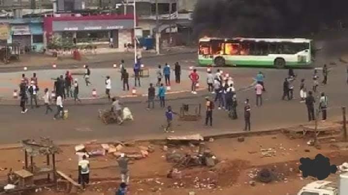 manifestation-anti-3e-mandat-un-bus-incendie-a-yopougon