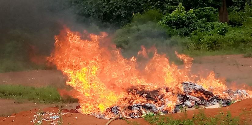 plus-de-350-tonnes-de-produits-prohibes-incineres-par-les-douanes-a-abengourou