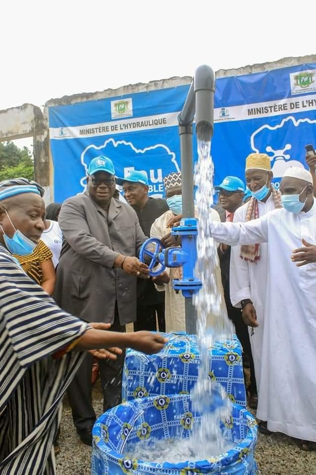 eau-potable-pour-tous-laurent-tchagba-satisfait-de-la-disponibilite-de-leau-a-adjahui-coube-port-bouet-et-mossikro-attecoube