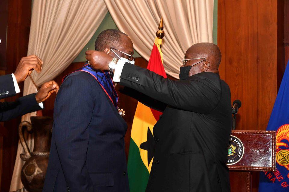 le-directeur-general-du-conseil-du-cafe-cacao-de-cote-divoire-decore-par-le-president-de-la-republique-du-ghana