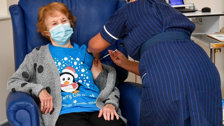 covid-19-la-campagne-de-vaccination-a-debute-au-royaume-uni-avec-un-premiere-patiente-de-90-ans