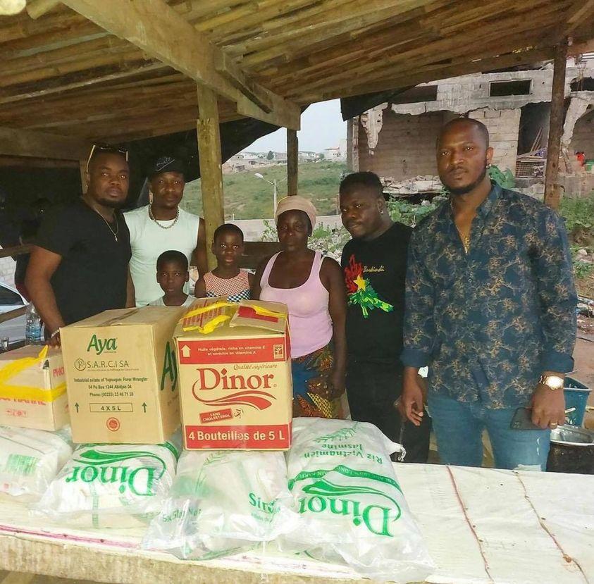 action-humanitaire-le-groupe-zouglou-revolution-fait-des-dons-en-vivre-a-une-famille-en-detresse