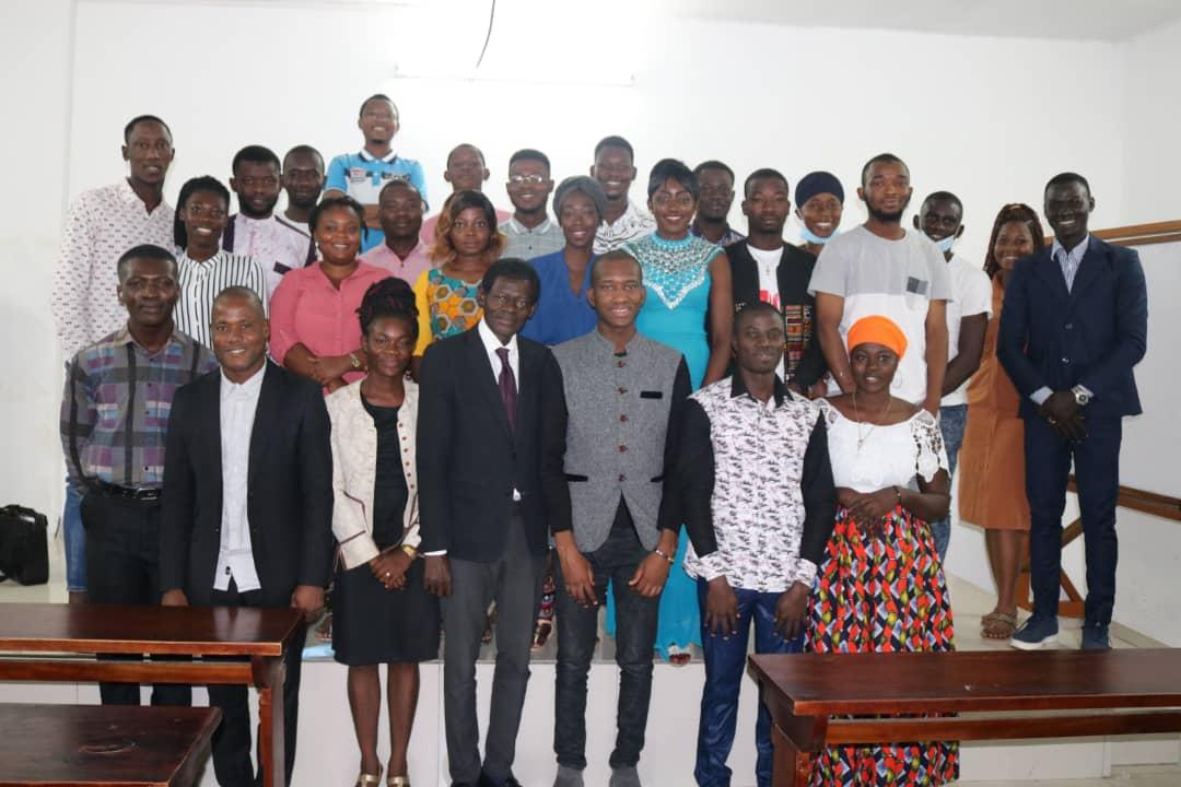 des-jeunes-ivoiriens-sengagent-pour-le-bon-usage-des-medias-sociaux