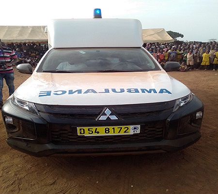 legislatives-a-man-albert-flinde-offre-une-ambulance-a-guiane-et-promet-lelectrification-du-village