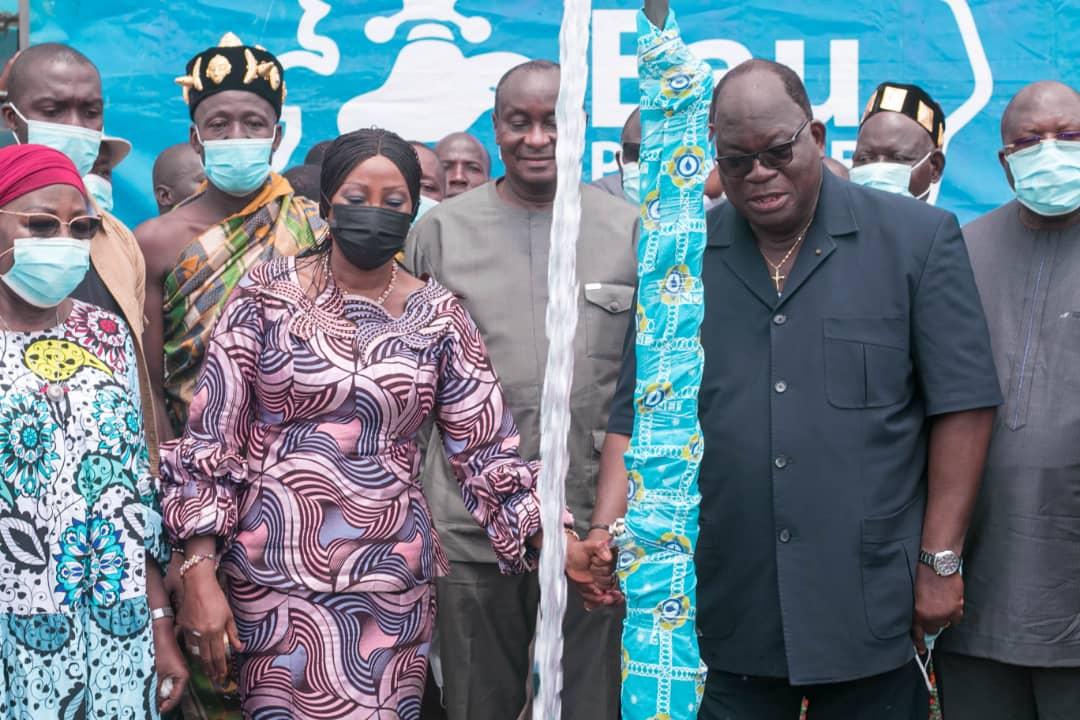 acces-a-leau-potable-les-ministres-laurent-tchagba-et-kandia-camara-renforcent-deux-quartiers-dabobo