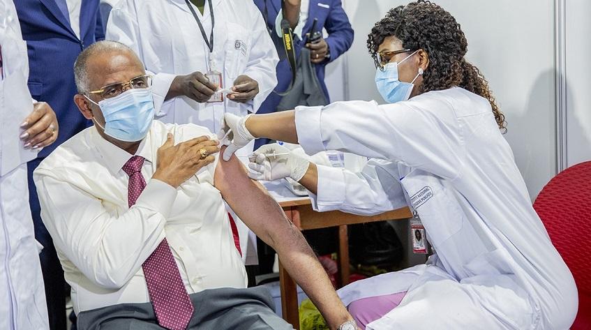 covid-19-les-premieres-doses-de-vaccin-administrees-ce-lundi