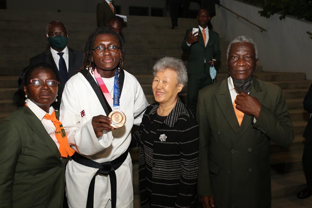 medaillee-de-bronze-aux-jo-de-tokyo-2020-ruth-gbagbi-accueillie-en-triomphe-a-abidjan-photos