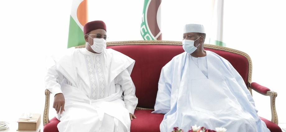 le-president-nigerien-fait-ses-adieux-au-chef-de-letat-alassane-ouattara