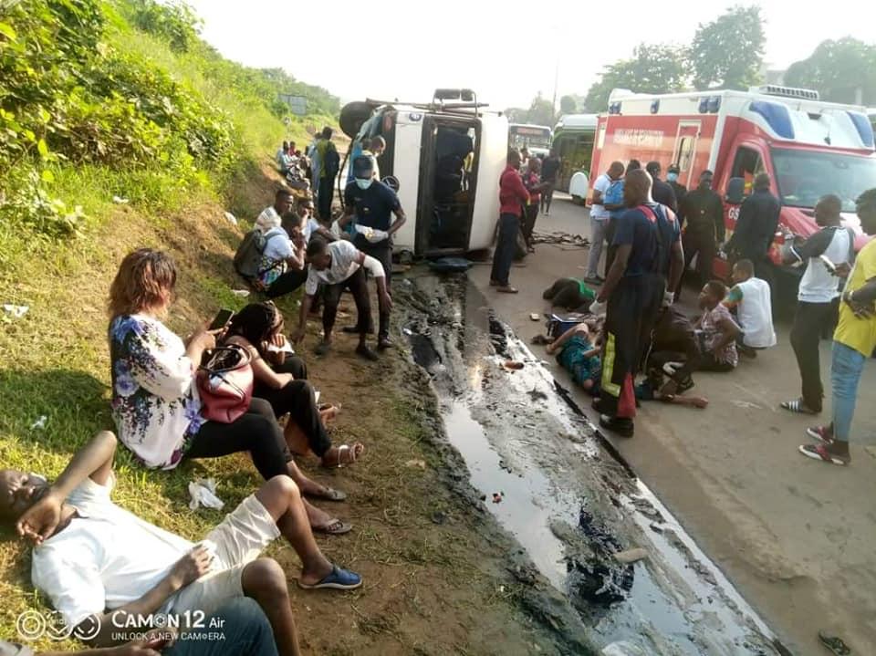 accident-sur-la-voie-express-adjame-abobo-un-mini-car-renverse-ses-22-passagers-sur-la-chaussee