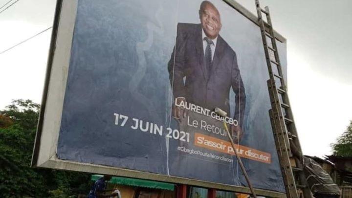 retour-de-lex-chef-de-letat-le-conseil-superieur-de-la-publicite-fait-arracher-les-affiches-de-gbagbo-et-sexplique