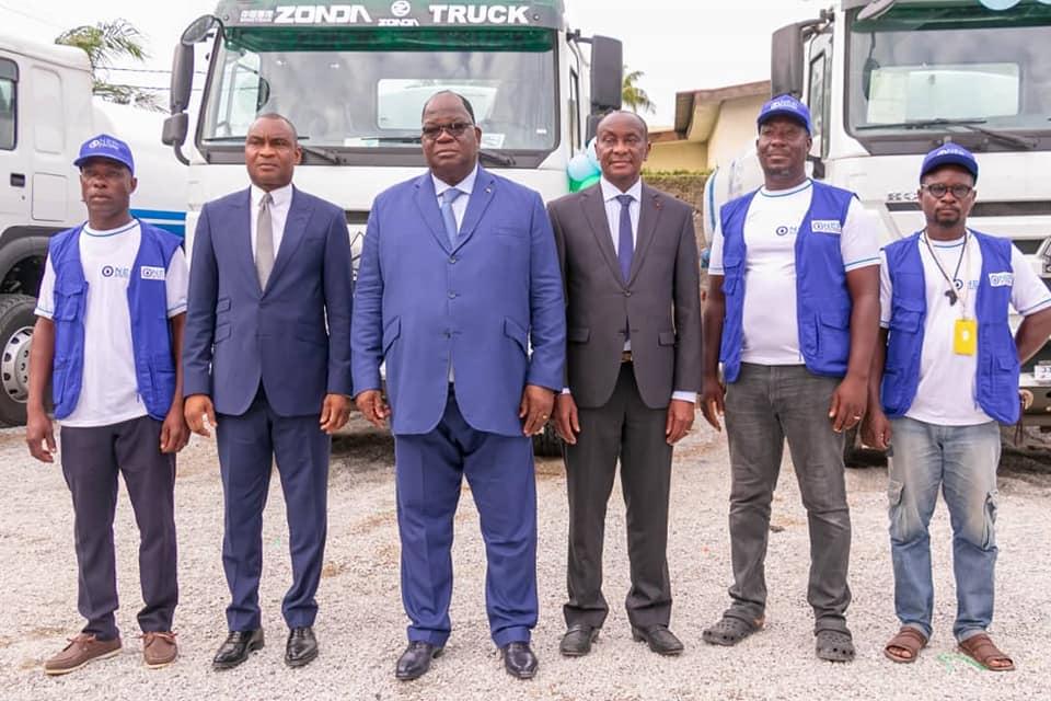 acces-a-leau-potable-le-ministre-de-lhydraulique-remet-20-camions-citernes-a-lonep