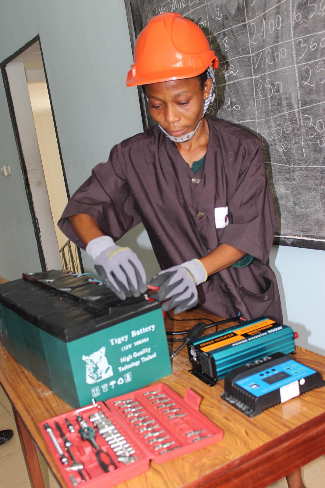 entreprenariat-feminin-un-programme-prevoit-de-lemploi-pour-1150-femmes-ivoiriennes-dans-le-secteur-de-lenergie