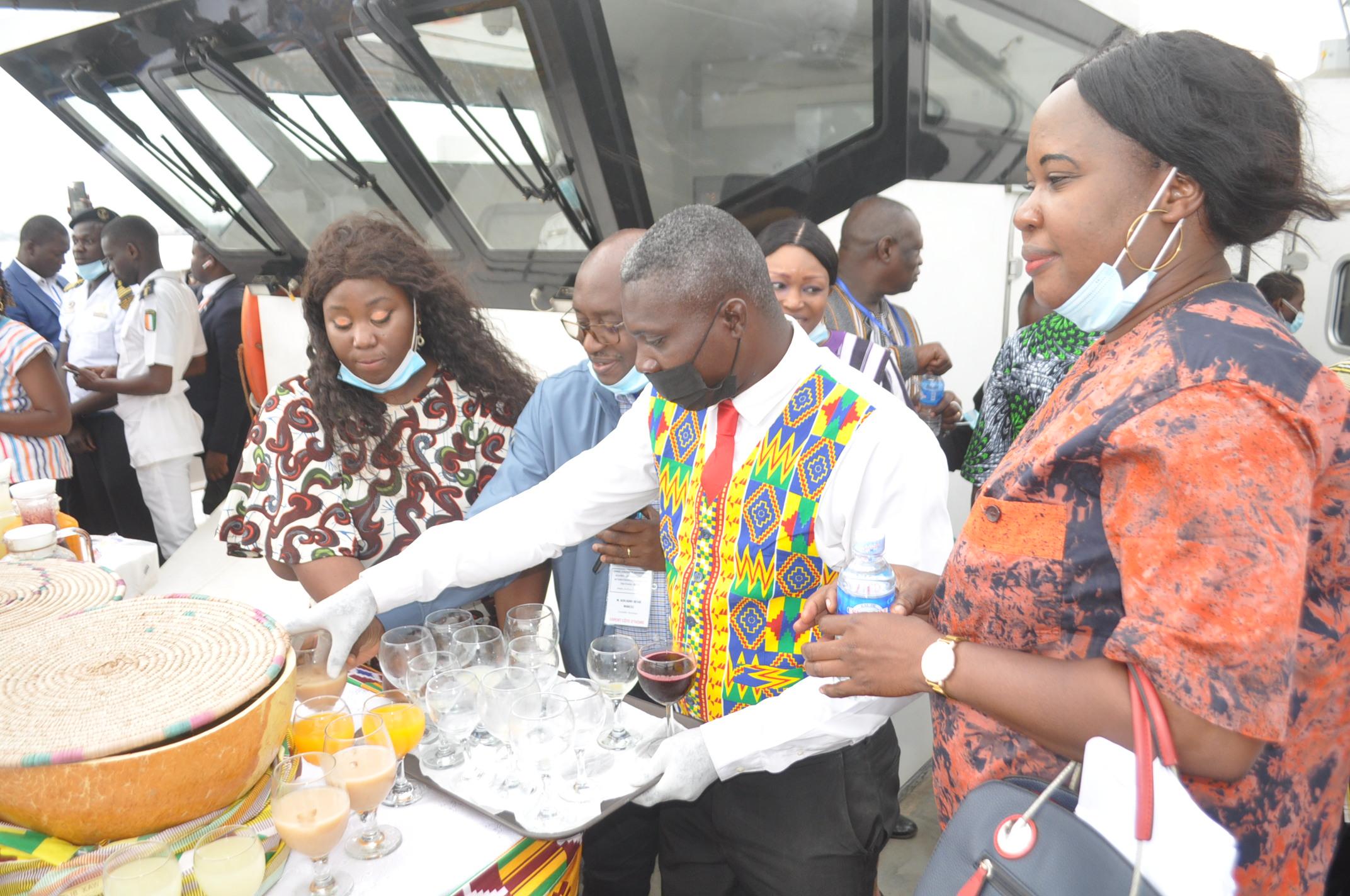tourisme-et-cooperation-une-mini-croisiere-lagunaire-offerte-a-la-delegation-burkinabe