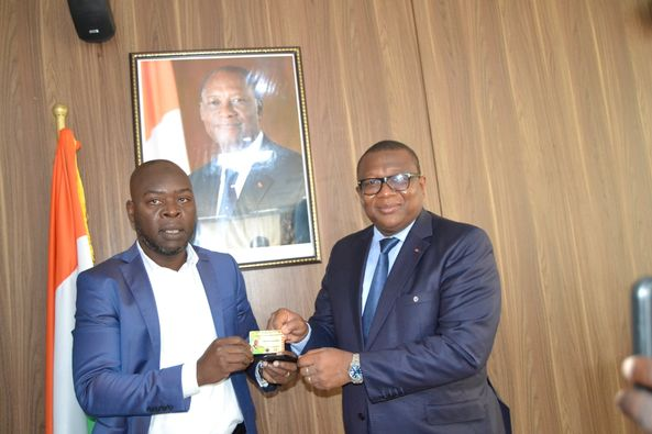 medias-le-ministre-amadou-coulibaly-recoit-sa-carte-dhonneur-de-journaliste-professionnel