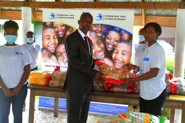 actions-sociales-la-fondation-paix-et-unite-en-afrique-offre-des-vivres-aux-enfants-du-village-sos-dabobo