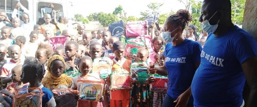region-du-guemon-idees-de-paix-offre-plus-de-800-kits-scolaires-a-des-eleves