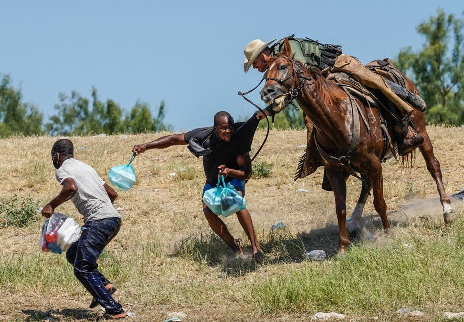le-mauvais-traitement-inflige-aux-migrants-haitiens-a-la-frontiere-du-texas-suscite-une-forte-emotion-aux-americains
