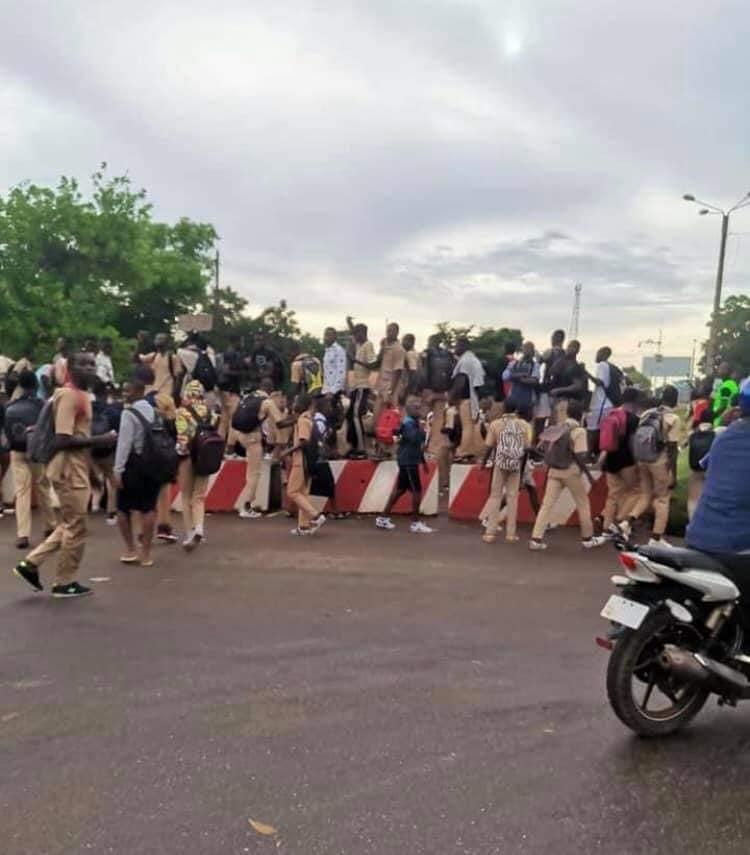korhogo-des-eleves-marchent-sur-la-prefecture-pour-protester-contre-linsecurite-dans-leur-etablissement